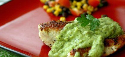 Chilli al pollo con salsa di avocado