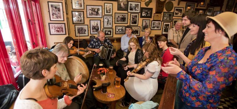 Le 8 Drinking songs più famose da cantare nei Pub